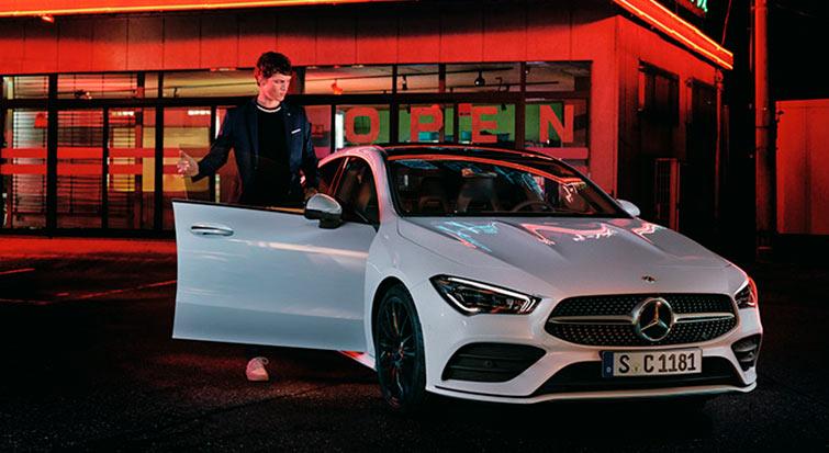 Coche de Mercedes-Benz CLA en color blanco en exterior