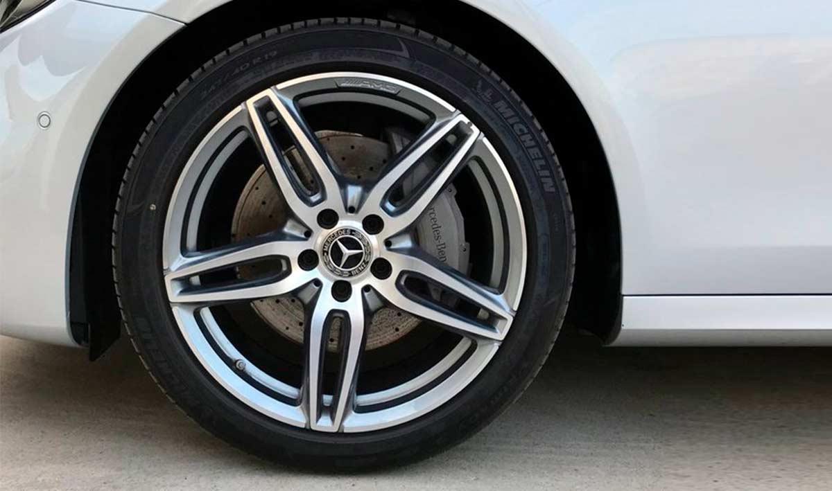 Coche Mercedes-Benz de Cariope detalle de una de las ruedas
